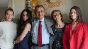 Alfredo Caltabiano con la moglie Claudia e tre figlie